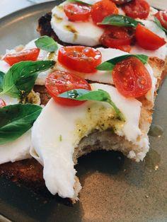 Italian toast Caprese Salad, Bowls, Toast, Food, Serving Bowls, Essen, Meals, Yemek, Mixing Bowls