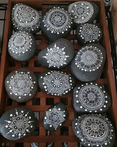 Looking Ideas For Making Art Rock For Your Home Decor? Here are some stone art ideas that can inspire you. Mandala Painting, Pebble Painting, Dot Painting, Pebble Art, Stone Painting, Stone Crafts, Rock Crafts, Diy And Crafts, Arts And Crafts