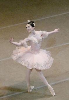 Olesya Novikova - Mariinsky Ballet. Her turnout is killing me.