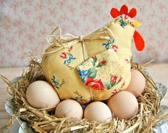 { D.I.Y Tutorial } Laverne, Another Easter Chicken- Free pattern & instructions