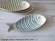 Coup de coeur pour ce plat poisson Quiberon en céramique blanche avec ses écailles embossées couleur turquoise de chez Chehoma. Il sera idéal à l'heure de l'apéritif pour présenter tapas, crevettes, etc... Pour une table haute en couleur ambiance déco bord de mer. Une création Chehoma. A associer avec des plats du même modèle dans différentes tailles et différentes couleurs. Kitchenware, Tableware, Fish Design, Space Crafts, Handmade Pottery, Ceramic Art, Glaze, Pattern Design, Projects To Try