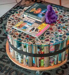 #FaçaVocêMesmo: mesa com revistas antigas. A ideia é bem simples: utilizar revistas velhas e transformá-las em uma bela mesinha de centro. Os custos são bem baixos e o resultado fica incrível! Você pode aprender o passo-a-passo no blog Homens da Casa!
