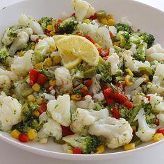 Malzemeler: Karnabahar ve brokoli dilediğiniz miktarda 1 kutu konserve mısır 5-6 közlenmiş kırmızı biber, Turşu Nar Dereotu 3-4 diş sarımsak