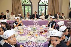 El gobernador Javier Duarte de Ochoa y la señora Karime Macías de Duarte compartieron los alimentos con los niños y niñas participantes del XXXV Concurso Nacional de Pintura Infantil El Niño y la Mar, organizado por la Secretaría de Marina-Armada de México.