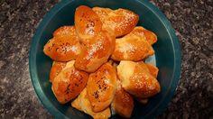 Φανταστική ζύμη για τυροπιτάκια ! Υλικά : Για τη ζύμη : 1 φλ. τσ. ηλιέλαιο 200 ml. χλιαρό γάλα Μισό φακελάκι μαγιά ξηρή 1 κ. γλ. (κοφτό) ζάχαρη 1 κ.σ. ξύδι 1 πρέζα αλάτι 400 γρ. (περίπου) κοκ. φαρίνα Για τη γέμιση (εννοείται ότι αν θέλουμε επιλέγουμε τυριά και γιαούρτι χαμηλών λιπαρών) : 100 γρ. … Greek Beauty, Greek Recipes, Pretzel Bites, Recipies, Food And Drink, Cooking Recipes, Favorite Recipes, Bread, Cookies