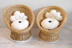 Fauteuils rétros en osier pour enfants/ Kids vintage seats Rattan Armchair, Wicker Baskets, Teddy Bear, Toys, Sweet, Animals, Vintage, Home Decor, Cloud Cushion