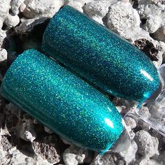 In direct sunlight . Left Colour Alike 496, right Picture Polish Dragonfly . #bunnytailnails #npa #nailpolishdupes #picturepolish #colouralike #naiskauneus #finnishblogger