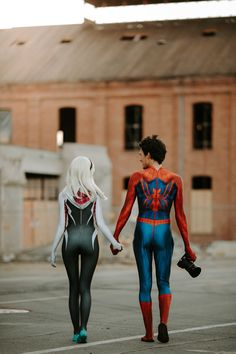 Cosplay Spiderman and Spider-Gwen completely CRUSHED this awesome photoshoot! - Spiderman and Spider-Gwen completely CRUSHED this awesome photoshoot! Spiderman Cosplay, Spiderman And Spider Gwen, Spider Gwen Cosplay, Amazing Spiderman, Spider Girl Costume, Spiderman Poses, Spiderman Girl, Couples Cosplay, Cosplay Outfits