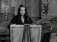 morticia addams carolyn jones gif - This is me, sometimes, when I paint! Original Addams Family, The Addams Family 1964, Addams Family Tv Show, Adams Family, Morticia Addams, Gomez And Morticia, Dark Beauty, Gifs, Picsart