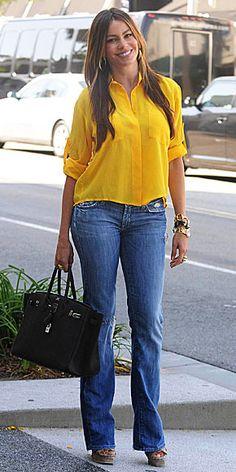 SOFÍA VERGARA    Para un paseo en una tarde de domingo, luce fresca y primaveral con unos jeans y un top holgado color amarillo, como éste de la marca Chelsea Flower que se puso la actriz colombiana.