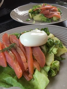 Salade met gerookte zalm, spruiten, ei en aardappelen Met koudgerookte zalm en de eerste Hollandse spruiten van dit seizoen #HelloFresh