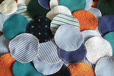 Wiederverwendbare Kosmetikpads – kreativ und nachhaltig Washable, reusable cosmetic pads save a lot of waste. You can save money by sewing them yourself. I'll show you how fast that works Reduce Waste, Zero Waste, Cotton Pads, Textiles, Vintage Sewing, Diy Beauty, Sustainability, Saving Money, Diy And Crafts