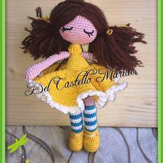 BAMBOLA VESTITA IN GIALLO  Ho realizzato questa bambola guardando una foto su internet e non trovando lo schema ho provata a riprodu...