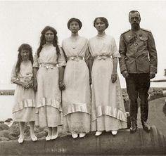 As quatro grã-duquesas com o pai. Da esquerda para a direita, Anastácia, Maria, Tatiana e Olga.