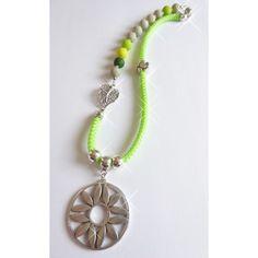 Ausgefallende Halskette in grün aus einem Mix aus Polaris und Segelseil im extravaganten Stil