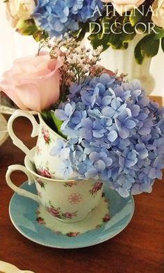 Detalhes de Casamento - Xícaras com flores na mesa do bolo. Rosa e azul.