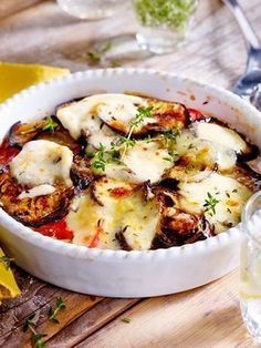 Tomato and aubergine bake with mozzarella recipe DELICIOUS - Fast veggie casserole with lots of cheese! Fast veggie casserole with lots of cheese! Fast veggie c - Grilling Recipes, Veggie Recipes, Vegetarian Recipes, Healthy Recipes, Pizza Recipes, Cake Recipes, Law Carb, Veggie Casserole, The Fresh
