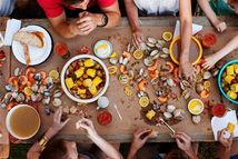 We are absolutely having at least one clam bake at our house this summer! Our boys love eating off the table with their fingers, plus they adore seafood. Lobster Bake Party, Lobster Boil, Bbq Party, Clambake Party, Casual Dinner Parties, Low Country Boil, Seafood Boil, Cajun Boil, Seafood Party