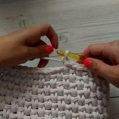― rose oliveira🇧🇷さん( 「Mais um ponto para vocês aprenderem, muita usado para fazer bolsas e cestos com fio de malha. Tunisian Crochet, Crochet Stitches, Knit Crochet, Yarn Projects, Crochet Projects, Knitting Patterns, Crochet Patterns, Crochet Purses, T Shirt Yarn