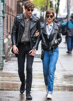 Dakota Johnson and Matthew Hitt coordinate in leather Coordinating couple! Dakota Johnson, and her beau Matthew Hitt, matched looks as they stepped out in New York City on Tuesday Estilo Dakota Johnson, Dakota Johnson Stil, Dakota Johnson Street Style, Dakota Style, Dakota Jhonson, Fashion Couple, Fashion Week, Mode Outfits, Casual Outfits