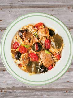 Κοτόπουλο α λα πουτανέσκα με ταλιατέλες - www.olivemagazine.gr #κοτόπουλο #olivemagazinegr Ratatouille, Japchae, Curry, Chicken, Cooking, Ethnic Recipes, Food, Magazine, Chef Recipes