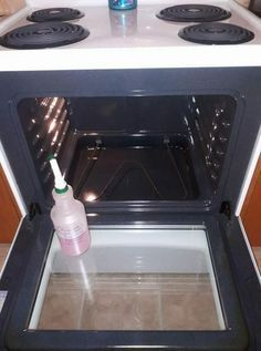HOMEMADE OVEN CLEANER cup theives dish soap cup lemon juice 1 cup vinegar 1 cup water Shake gently to combine ingredients, spray in your stove. Let sit for a little bit and voila, a brand new looking stove!This DIY Oven Cleaner Is Much Better Than Store-B Diy Home Cleaning, Homemade Cleaning Products, Household Cleaning Tips, Household Cleaners, Diy Cleaners, House Cleaning Tips, Natural Cleaning Products, Spring Cleaning, Oven Cleaning Hacks