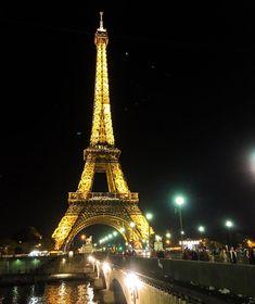 •🇫🇷Legend🇺🇸• 🗺 Dame de fer ➰ Iron Lady 📍 Paris ( France ) 🇫🇷 La soirée commence ici à Paris et le weekend arrive tout doucement. J'espère que vous avez passé une bonne semaine et que votre weekend sera au top. Je crois que c'est la première fois que je poste une photo de notre belle Tour Eiffel de nuit … Parfois on en oublie nos basiques. La photo a été prise récemment alors que je faisais le «guide» pour un Paris By Night pour ma famille. J'aime bien le faire de temps en temps…