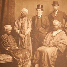 En 1910, un grupo de jóvenes intelectuales logró engañar a la Marina Real Británica haciendo creer que eran una delegación real de Abisinia. Fueron recibidos a bordo del acorazado HMS Dreadnought como dignatarios, ¡e incluso trataron de enseñar a los oficiales un lenguaje completamente inventado! #royalnavy #buque #abyssinie #jovenes #disfraz #trampa #reino http://www.pandabuzz.com/es/anecdota-del-dia/engaño-armada-real