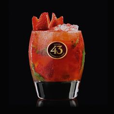Ein einzigartiger und aromatischer Cocktail: Der Strawberry Crush 43 wird aus Licor 43, Wodka, Zitronensaft, Basilikum und Erdbeeren gemacht. Teste das Rezept!
