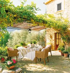 Pergola Garten Kletterpflanzen Begrünen Schmiedeeisen Möbel ... Pergola Bepflanzen Kletterpflanzen