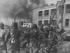1943, Russie, Kharkov, Des Waffen-SS du groupement tactique Heinz Harmel au combat dans l'usine de tracteurs