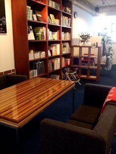 本棚は高く、ソファは低く