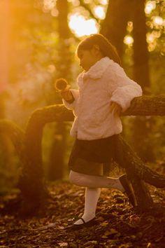 Joao Victor Pereira Da Silva, aluno do IF, levou a foto da semana com este belo retrato de uma garotinha. O contra-luz e o tom amarelado da imagem combinam perfeitamente! http://olhares.sapo.pt/victorsu/ #if #institutodefotografia #fotodoaluno #fotodoalunodasemana #fotografia #cursoonline #formação