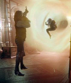 """Rumplestiltskin lets Emma go through the portal as he drinks the Forgetting potion - 3.22 """"There's No Place Like Home"""""""
