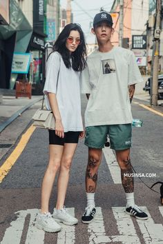 Korean Fashion Trends you can Steal – Designer Fashion Tips Fashion Couple, 90s Fashion, Street Fashion, Fashion Outfits, Hipster Indie, Look Con Short, Korean Fashion Trends, Couple Outfits, Streetwear Fashion