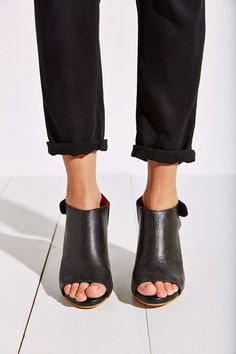 love these sandals | @urbanoutfitters
