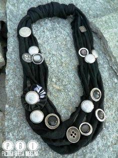 Vi abbiamo parlato di alcune idee per usare gli avanzi di fettuccia creando delle collane semplici e veloci .