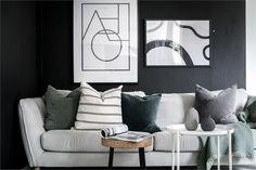 Ce studio de 28m2 a une parfaite décoration design noire et blanche et une estrade pour son coin nuit - PLANETE DECO a homes world Ikea, Layout, Decoration Design, Studio, Stripes, Throw Pillows, Interior Design, Home, Salons