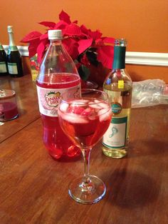 Half moscato, half diet cranberry ginger ale and garnish with a sweet, frozen strawberry! Ginger Ale Cocktail, Cranberry Ginger Ale, Cranberry Cocktail, Spritzer Drink, Wine Spritzer Recipe, Sangria, Christmas Drinks, Holiday Drinks, Holiday Dinner