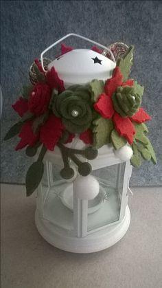 Lanterna natalizia con fiore in feltro.