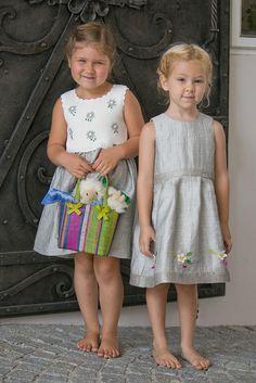 Salzburger Heimatwerk -  Tracht für Kinder Barefoot Girls, The Old Days, Traditional Dresses, Old Things, Flower Girl Dresses, Children, Wedding Dresses, Fashion, La Mode
