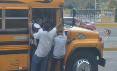 Honduras: Buses amarillos 'hasta la pata' de pasajeros