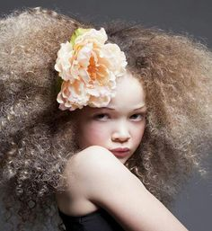 Afro blond girl with a large peach flower in her hair. My Hairstyle, Afro Hairstyles, Big Hair, Your Hair, Crazy Hair, Blonder Afro, Curly Hair Styles, Natural Hair Styles, Natural Beauty