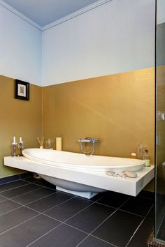 goudkleurige muur in de badkamer