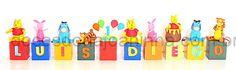 Cubos decorados com o nome e idade do aniversariante e modelagens do Ursinho Pooh, do burrinho Ió, do Tigrão e do Leitãozinho.