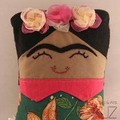 Que tal uma naninha cheia de estilo para seu bebê?  Naninha Frida Kahlo  Design original.  Feita em tricoline, chitão, cabelos e sobrancelhas em feltro e flores em fita de organza.  Almofada removível, enchimento em fibra de silicone antialérgica, olhos e buço bordados a mão.