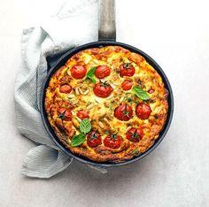 Απολαυστική ομελέτα φούρνου με φέτα, ντοματίνια και παρμεζάνα Paella, Quiche, Feta, Breakfast, Ethnic Recipes, Morning Coffee, Quiches, Morning Breakfast, Custard Tart