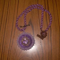 Pendentif violet, bronze sur satin