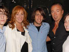 Sam Ryan Springsteen   Der Familien-Boss mit (v.l.) Sohn Sam Ryan, Ehefrau Patti Scialfa ...