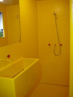 I used a rubber duck as inspiration for this completely yellow polyester bathroom. With red details and accessories. Yellow Interior, Best Interior, Baby Pop, Sliding Wall, Floating House, First Home, Rubber Duck, Interior Architecture, Toilet